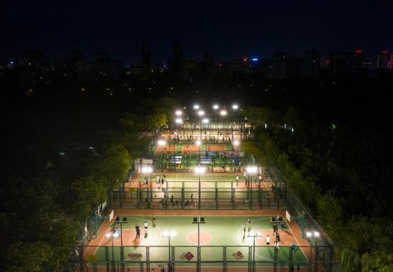 图为 市民在宁夏银川市毓秀公园行动场内锻炼(无人机照片,7月29日摄)。新华社记者 冯开华 摄
