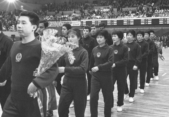 """第三十一届世界乒乓球锦标赛开幕式,1971年3月28日下午在日本名古屋市的""""爱知县体育馆""""隆重举行。图为中国乒乓球运动员进入比赛场。新华社发"""