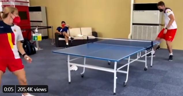 大加索尔跨界玩乒乓球 单挑职业女选手遭调戏