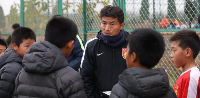 人物|何滨转身遇到幸福 当梯队教练与孩子们共成长