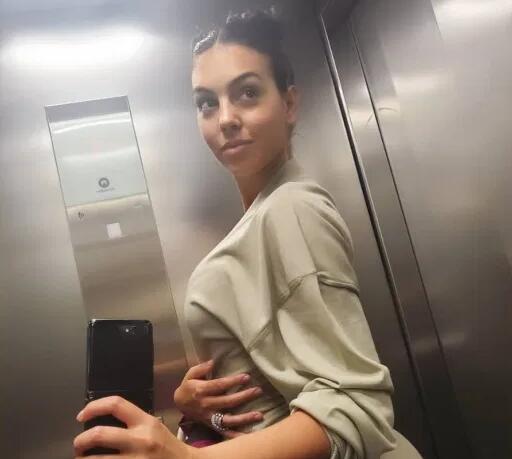 C罗女友炫耀钻戒照片引猜测 英报:又怀孕了?