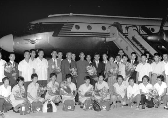 1966年8月24日,由日本乒乓球协会代理会长后藤钾二率领的日本男女乒乓球代表队抵达北京,参加北京国际乒乓球邀请赛。中国照片档案馆图片