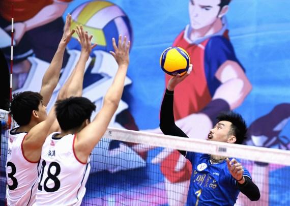 3月21日、上海亮光队球员戴卿尧《右》在竞赛中、新华社记者王晓摄