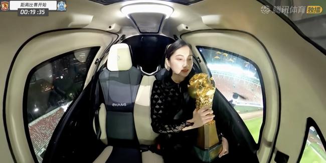 【博狗体育】高科技!中超冠军奖杯与美女乘飞行器入场 太酷|图