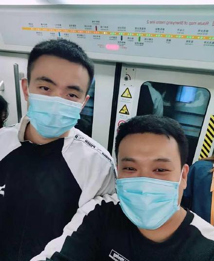 暖!辽宁球星赵继伟因在地铁上给一位抱着孩子的奶爸让座被认出