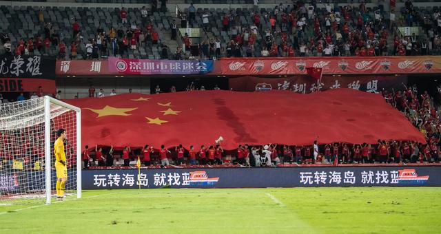 超大五星紅旗飄揚在深圳看臺
