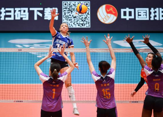 图为1月7日,上海光明优倍队球员拉尔森(上)在比赛中扣球。新华社记者李然摄