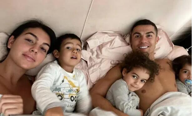 C罗晒相片一家人欢乐同床 女友带孩子惬意滑雪
