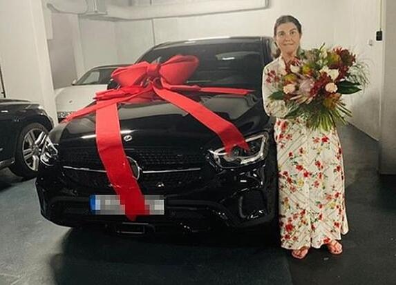 C罗送给母亲一辆豪车