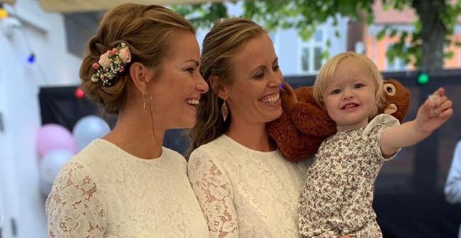 克里斯蒂娜(左)和卡米拉莱德抱著1岁大的女儿茉莉,举行了婚礼。