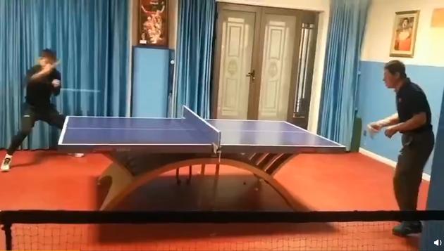 张继科与爸爸打乒乓球