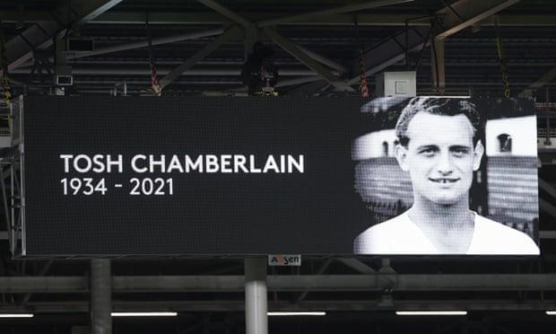 赛前为上周去世的富勒姆名宿托什-张伯伦默哀