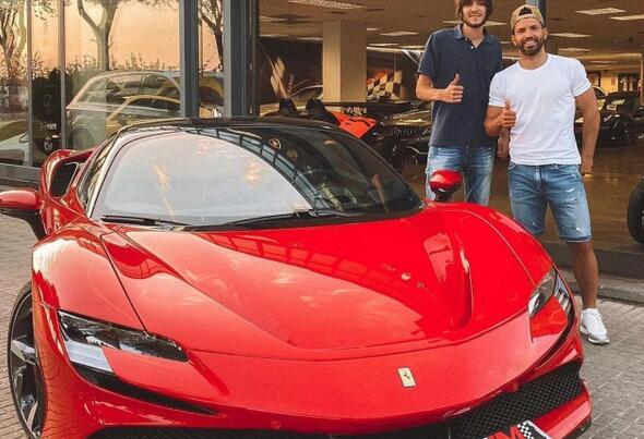 阿圭罗买下新车拍照展示 50万欧元电动豪车