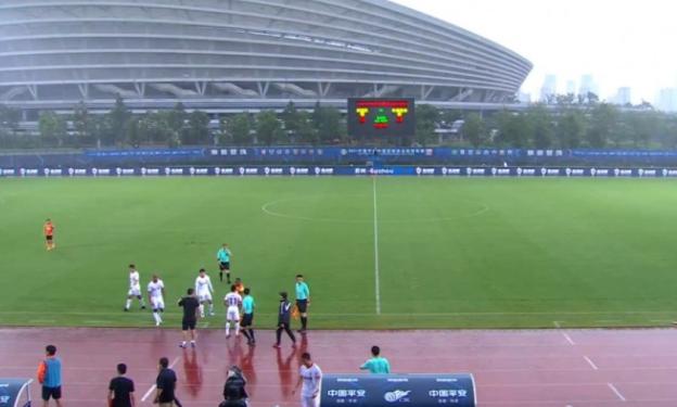 武汉队vs亚泰队比赛因雷雨天气第8分钟中断