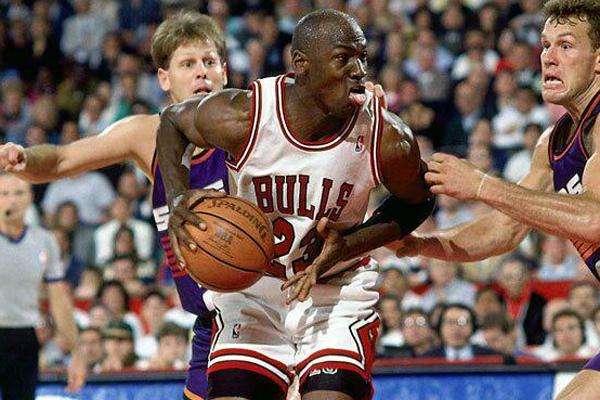 勒布朗-詹姆斯又一次在总决赛的舞台上打出了高光表现,拿到了40分13篮板7助攻的全面数据
