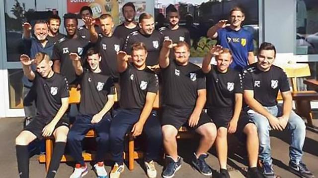 德国球队7名球员竟行纳粹礼 已被开除接受调查