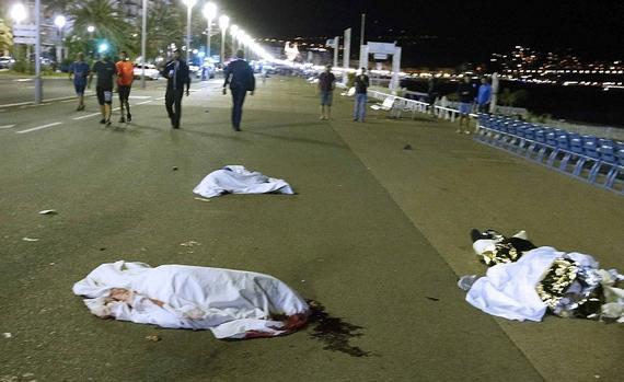 惨!法国街头尸横遍地 卡车被枪弹打成筛子(图)
