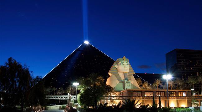 卢克索酒店独具特色的夜景