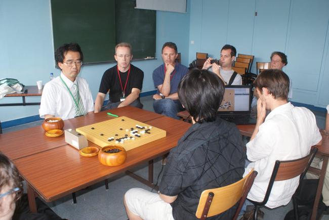 人机大战,当时的zen被让五子挑战日本职业棋手林耕三,最后zen虽然小胜,但当时感觉电脑挑战人类顶尖棋手,还是非常非常遥远的事情。