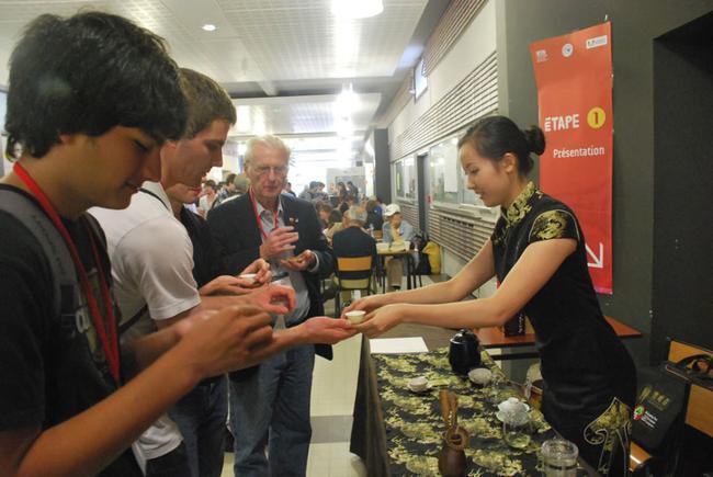 欧洲围棋大会赛场边上的竹叶青茶艺表演,茶文化欧洲人也非常感兴趣,一边下棋一边喝茶这个配置看来不光是东方人喜欢。