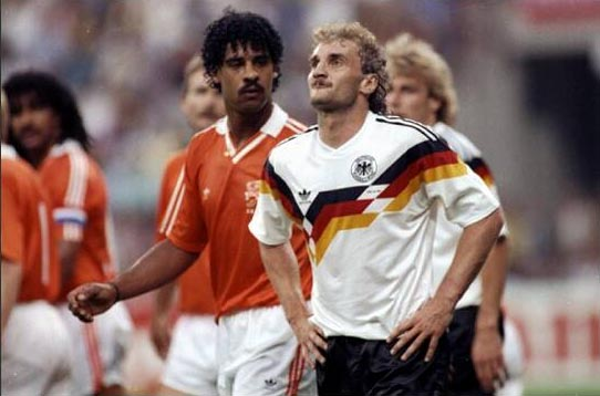 致敬前辈?荷兰小将朝德球员吐口水 遭足协禁赛