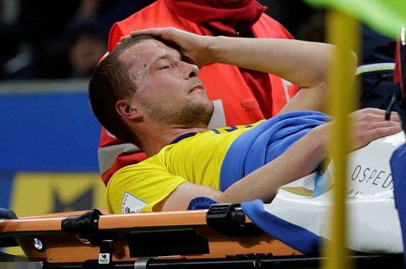 雅各布-约翰松受伤被抬下