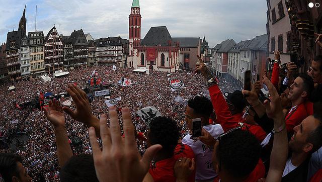 全城狂欢!法兰克福庆德国杯夺冠 10万球迷巡游