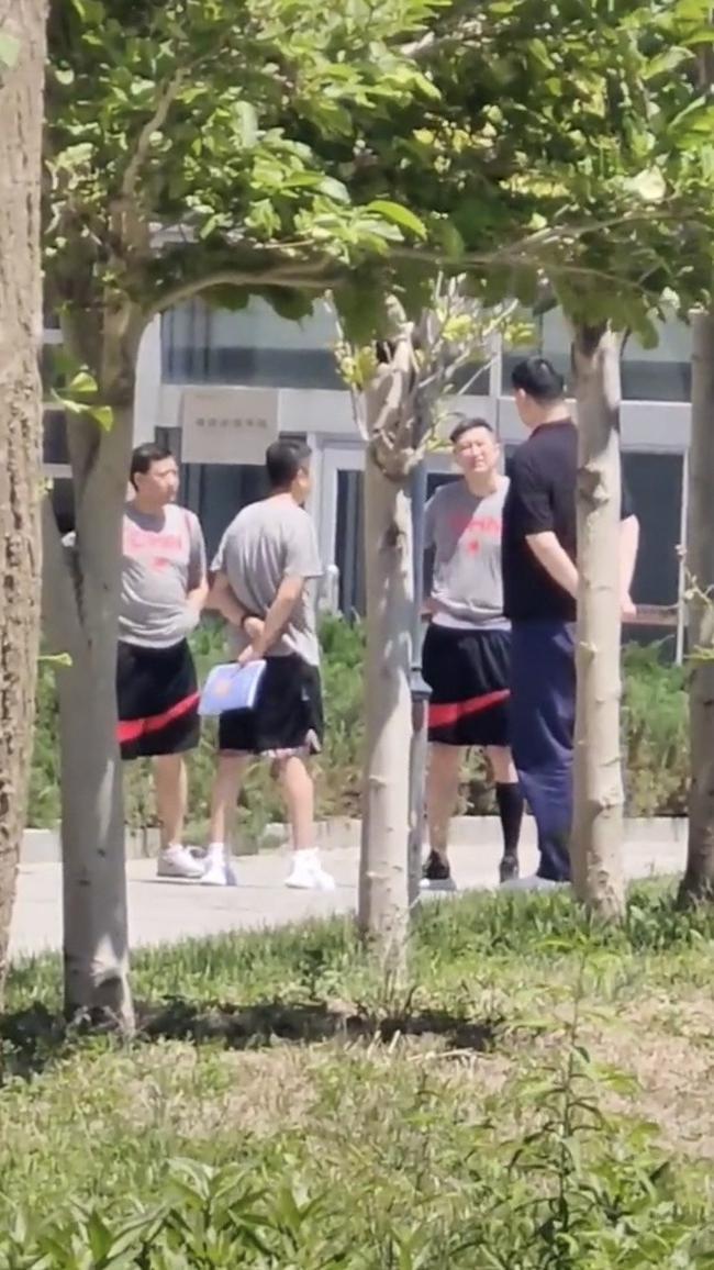 姚明现身北京体育大学 与男篮教练组球员交流