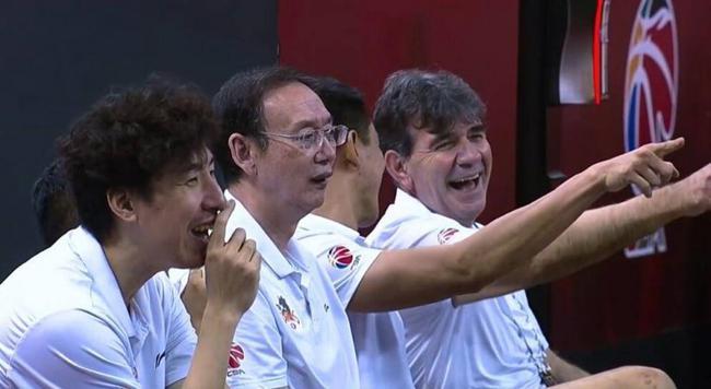 """赵率舟上篮遭队友""""封盖"""" 自家教练组都笑了"""