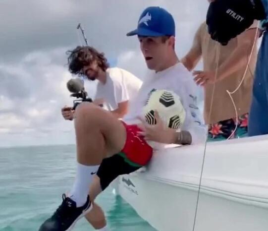 切尔西美国球星海上耍宝炫技 跌入海中变成落汤鸡