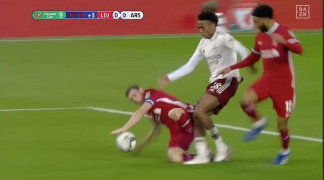 争议!利物浦后卫禁区捞球被无视 这球你怎么看|gif