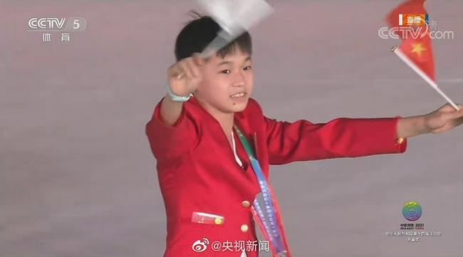 十四运会开幕式 全红婵红衣白裙入场超乖巧可爱