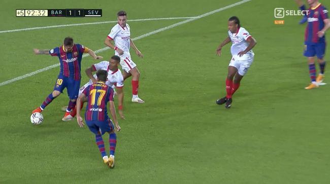 巴萨遭点球争议?梅西带球被绊倒 VAR未做判罚