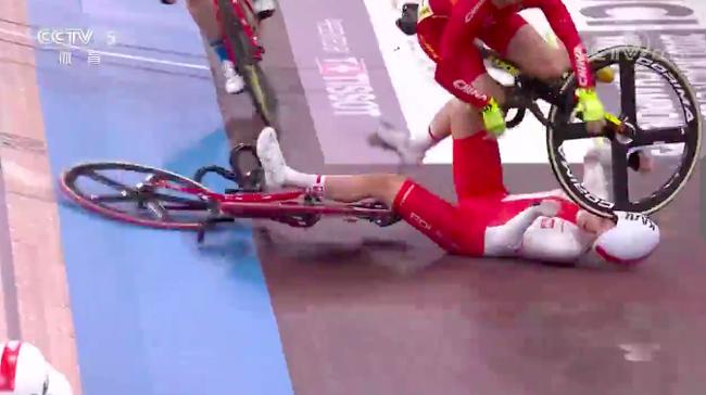 自行车女将摔车:腹部扎入3cm木刺 车轮轧过对手脸