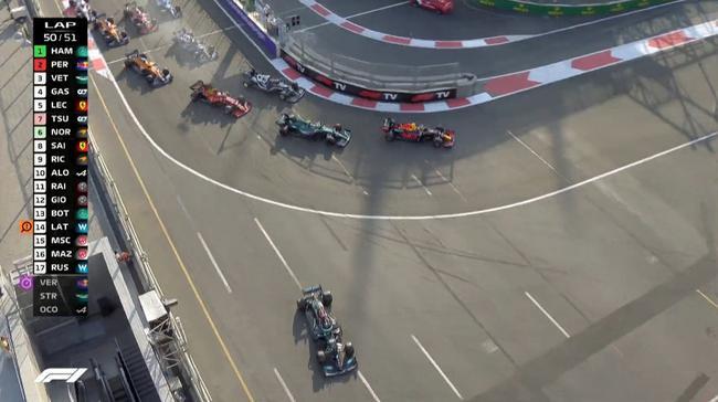 汉密尔顿在1号弯滑出赛道