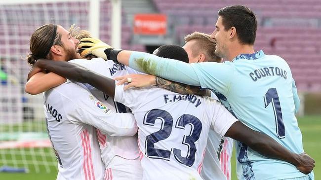 库尔图瓦跟队友祝贺胜利