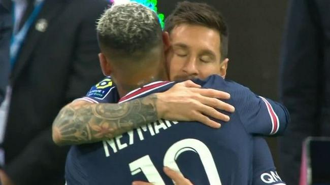 梅西上演首秀前显得紧张  与内马尔拥抱一刻成永恒