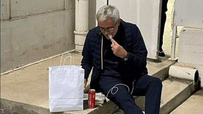 接地气!穆里尼奥晒出赛后在台阶上吃快餐的照片