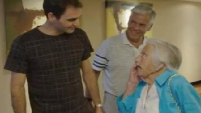费德勒见到107岁高龄女粉丝