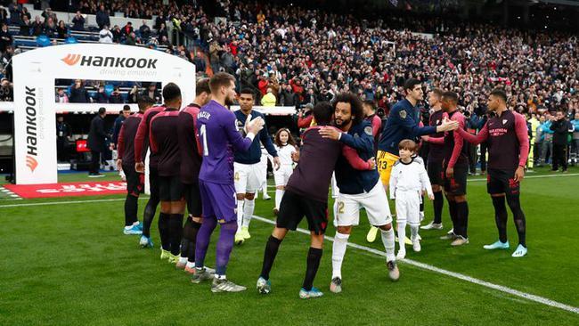 塞维利亚球员排队迎接世俱杯冠军入场