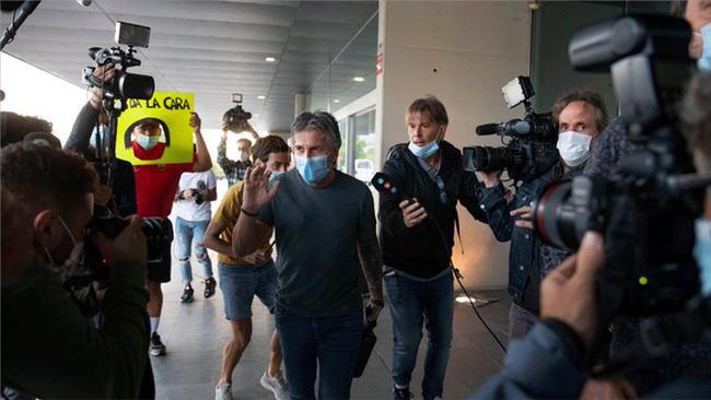 梅西父亲抵达机场