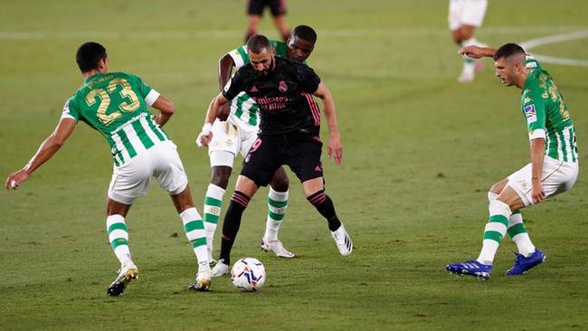 2020/21赛季西甲第3轮一场焦点战在贝尼托-比拉马林球场展开争夺