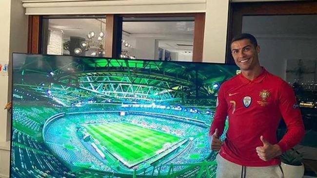 C罗观看葡萄牙比赛
