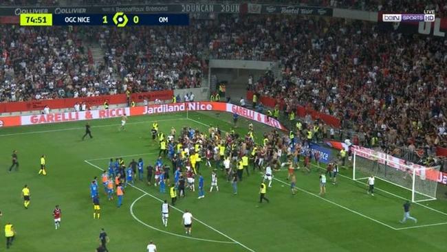 法甲爆发球迷骚乱!名将被水瓶砸 大批球迷冲入球场