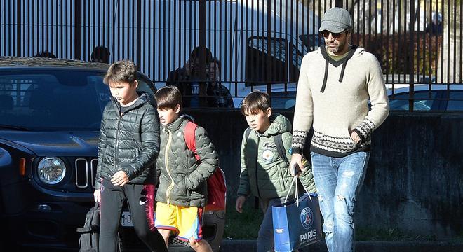 布冯返意大利 携二子逛街等公交