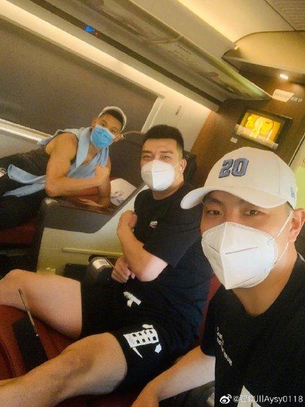 北京男篮乘高铁前去青岛