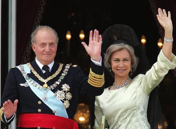 2004年资料图:国王胡安卡洛斯和妻子索菲亚