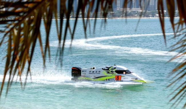 莫林驾驶8号赛艇在排位赛第二轮遭遇撞艇