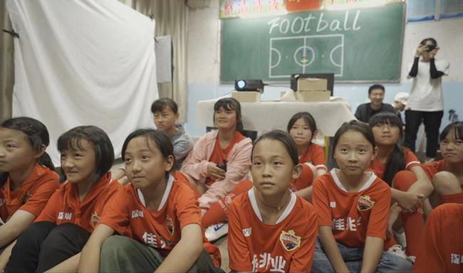 中超人助力脱贫攻坚实践走进大山 给孩子带来足球的温度