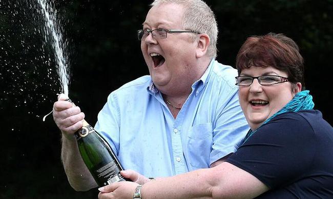15亿巨奖得主离婚半年后去世 曾买球队送给粉丝